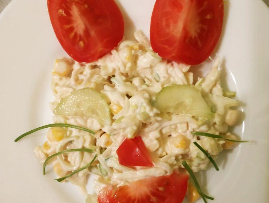 Sałatka z selerem konserwowym i serem żółtym